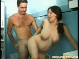 סקס אמא בהריון בחדר אמבטיה