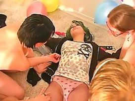 מסיבת סקס טובה עם צעירות חמות!
