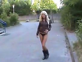 בלונדינית חמה מאוננת חזק מחוץ לביתה!