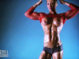 צעירה שרירית מציגה את הגוף!