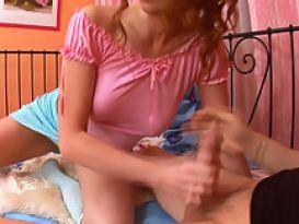 בחורה יפה מוצצת זין קשה!