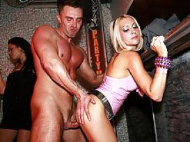 כוסיות חרמניות מוצצות זין גדול במסיבת סקס פרוע!