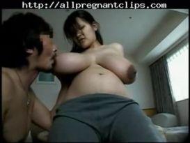 אסייאתית בהריון עם ציצים ענקיים