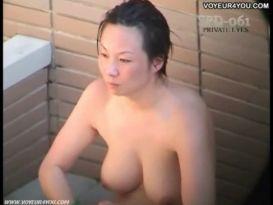 בנות אמבט חיצוניות עירום