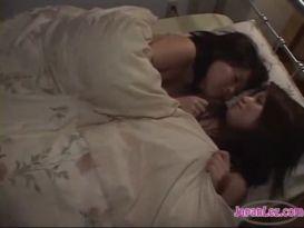 2 בנות אסיאתיות נשיקות נקבות ללקק ב69 שפשוף במספריים במיטה בחדר החשוך
