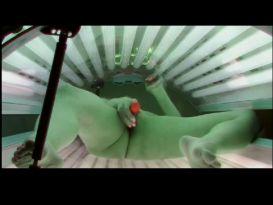 בלונדינית שובבה מאוננות בכיף בזמן שיזוף!