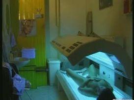 צעירה על מיטת השיזוף משתזפת!