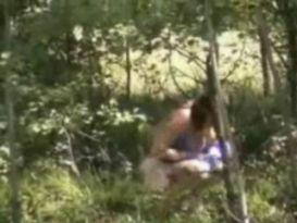 צעירה עושה פיפי ליד העץ!