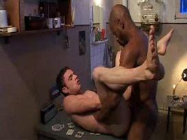 סקס גייז חזק בכלא!
