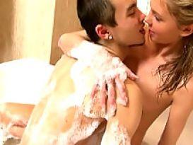 צעירה חמה אוהבת להזדיין במקלחת!