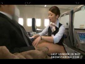 דיילת נותנת עבודת יד במטוס