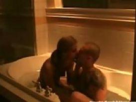 סקס חובבני חם במקלחת !