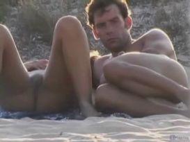 חרמניות חובבנית בעירום על חוף הים!