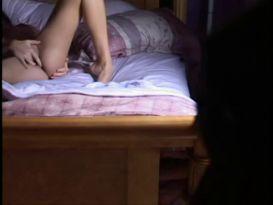 צעירה יפה מאוננת על המיטה!