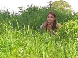 צעירה מתחבאת בשיחים ואז מזדיינת על שפת הנהר