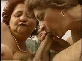 2 סבתות נהנות מבחור חתיך