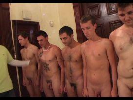 חבורה של גברים מראים את הזין בעירום!