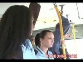 צעירה בלונדה מזדיינת עם יפנים חרמנים!