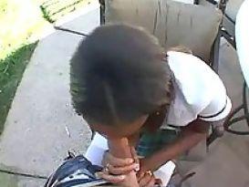 תלמידת בית ספר שחורה מוצצת זין לבן