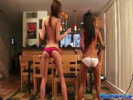 שתי צעירות בריקוד סקסי מחרמן