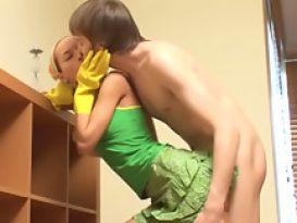 מנקה צעירה מקבלת סקס מאחור!