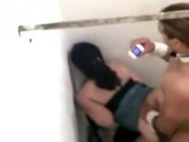 זוג חובבנים מזדיינים חזק בשירותים!