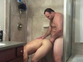 סקס גאה חזק במקלחת!