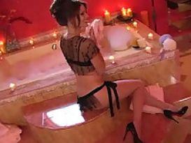 ג'ני לי הכוסית נדפקת ומוצצת חזק במקלחת רומנטית!