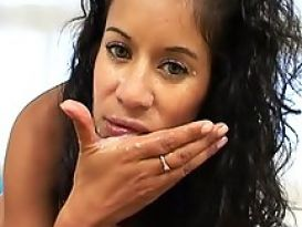 לטינית חמה מאוננת ומוצצת יפה בסרטון סקס!