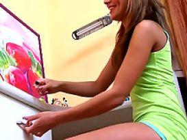 ילדה כוסית מאוננת על כיסא בחדר שלה