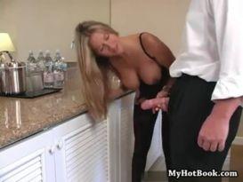 אמא חרמנית עם חזה גדול וכוס מגולח נדפקת חזק במטבח!
