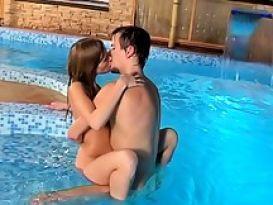 סקס טוב וחם על הבריכה עם צעירה שווה!