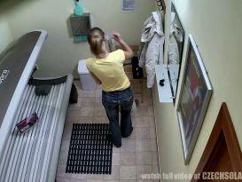 צעירה צ'כית משתזפת בעירות במכון שיזוף ומראה אחלה של גוף!