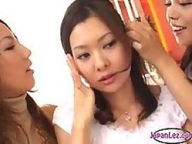 צעירה מקבלת נשיקות בשדיים באוזניים ובפטמות