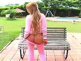 צעירה יפה מציגה את הכוס במקום ציבורי!