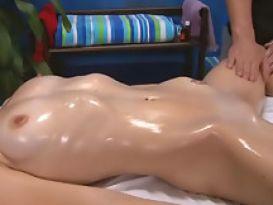 צעירה סקסית חמה מקבלת זין לאחר עיסוי!