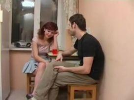 אדמונית צעירה בסקס אדיר על הספה!