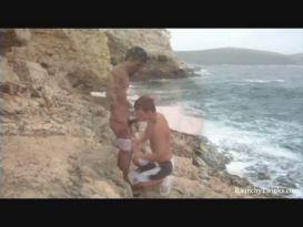 חתיכים אוהבים להזדיין בחוף הים!
