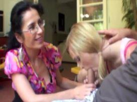 אמא נותנת יד לבת שלה בזמן עבודת יד