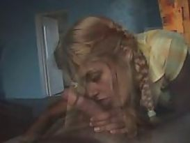 צעירה חמודה ורזה בסקס חם בבית!