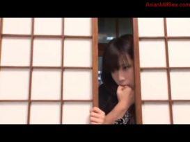 יפנית נדפקת חזק שבחורה מציצה עליה מהצד!