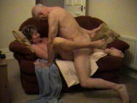 סקס חובבני נהדר על הספה!