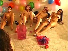 בנות מדהימות חוגגות במסיבה פרועה!