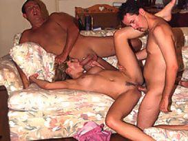 צעירה חמודה אוהבת סקס לוהט!