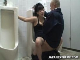 נערה מקבלת סקס בשירותים ציבוריים