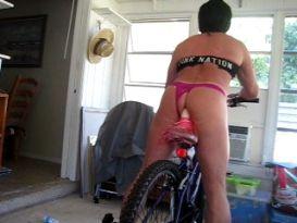 בחור חרמן רוכב על דידלו אופניים!
