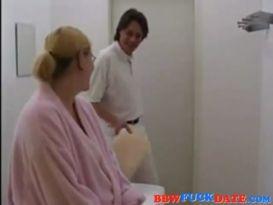 אישה בהריון קינקי לקבל אותה בתחת