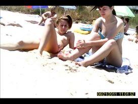 נערות החוף משתזפת על חוף הים!