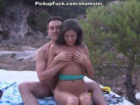 משיג בחורה בחוף הים ודופק אותה חזק חזק!