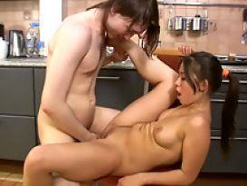 בחורה שובבה בסקס במטבח!